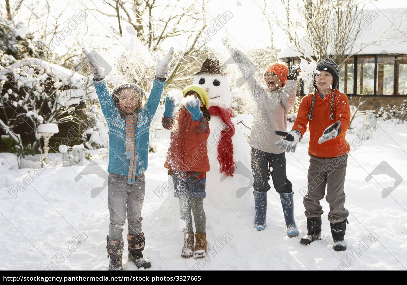 Дети играющие в снежки фото